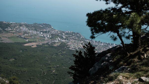 Вид на побережье Черного моря с вершины горы Ай-Петри в Крыму