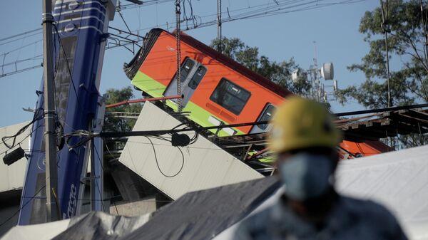 Спасатели работают на месте крушения метромоста в Мехико