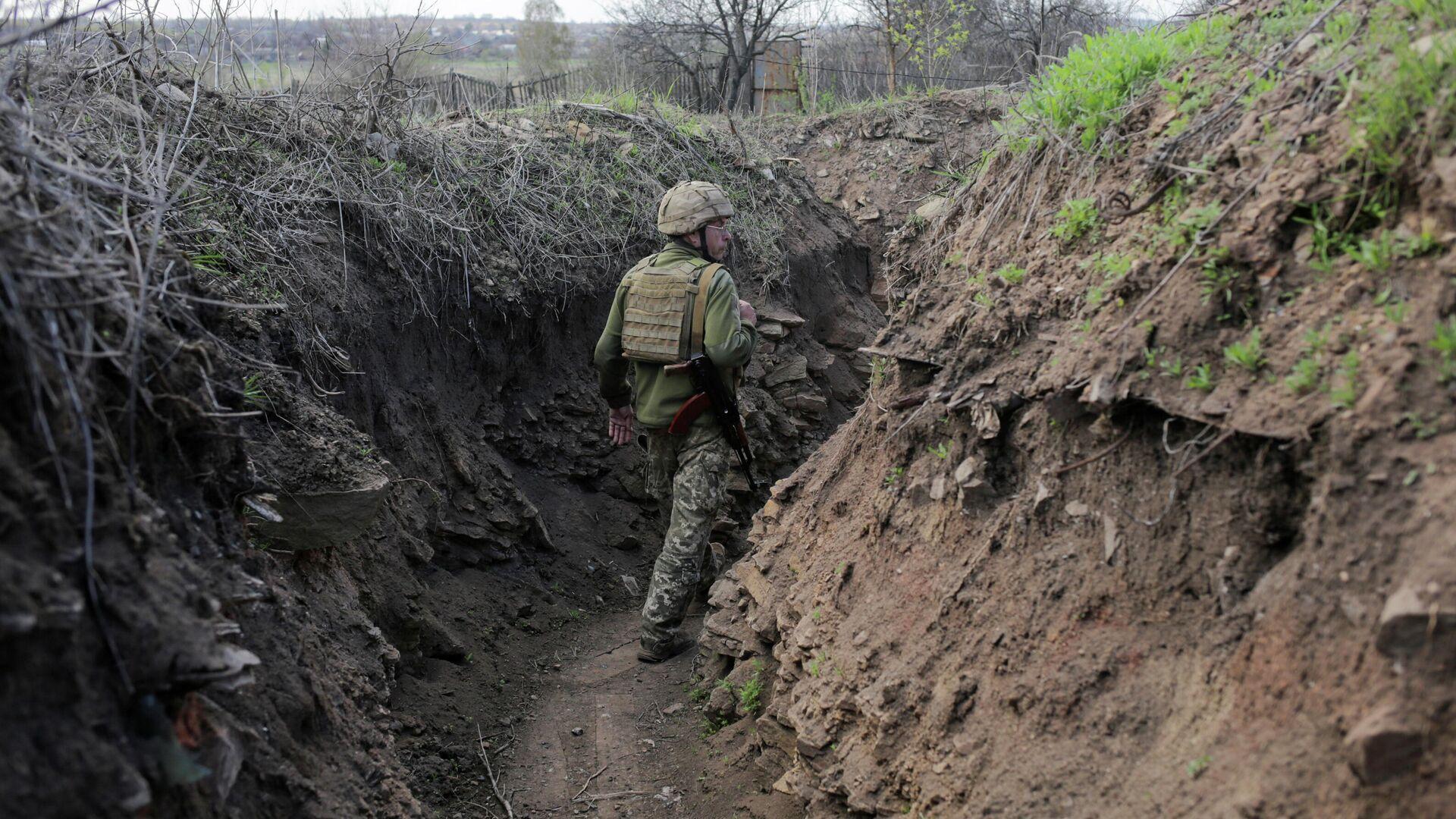 Украинский военный в районе линии соприкосновения в Донецкой области - РИА Новости, 1920, 04.05.2021