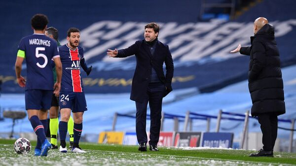 Paris Saint-Germain's Argentinian head coach Mauricio Pochettino (C) and Manchester City's Spanish manager Pep Guardiola (R) shout at the players during the UEFA Champions League second leg semi-final football match between Manchester City and Paris Saint-Germain (PSG) at the Etihad Stadium in Manchester, north west England, on May 4, 2021. (Photo by Paul ELLIS / AFP)