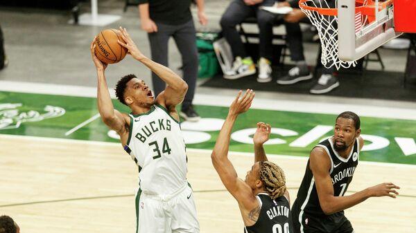 Игровой момент матча НБА Милуоки Бакс - Бруклин Нетс