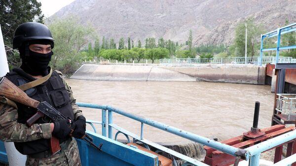 Военнослужащий Киргизии охраняет Водозабор Головной в приграничном с Таджикистаном селе Кок-Таш