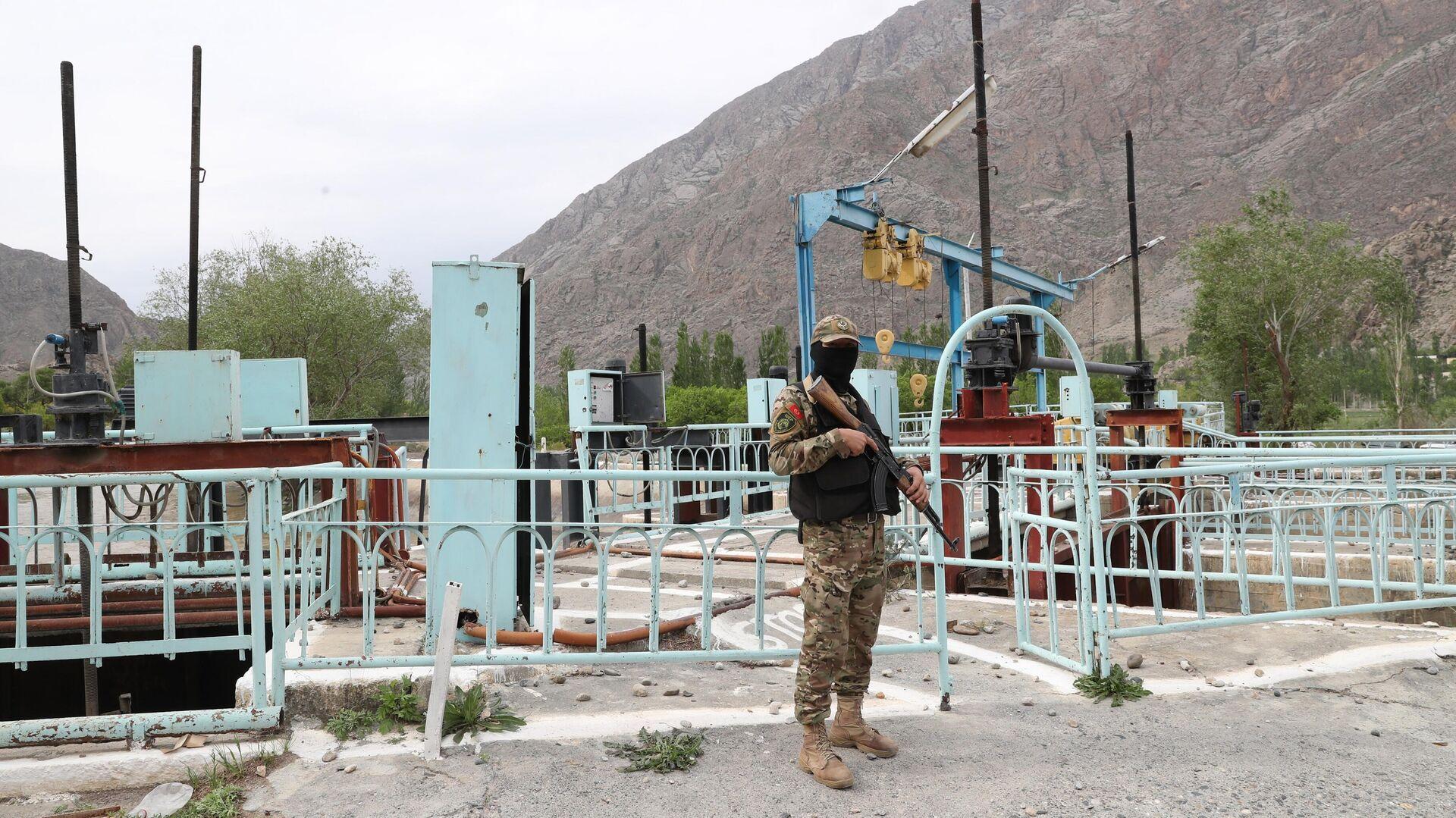 Военнослужащий вооруженных сил Киргизии охраняет водозабор Головной в приграничном с Таджикистаном селе Кок-Таш - РИА Новости, 1920, 08.07.2021