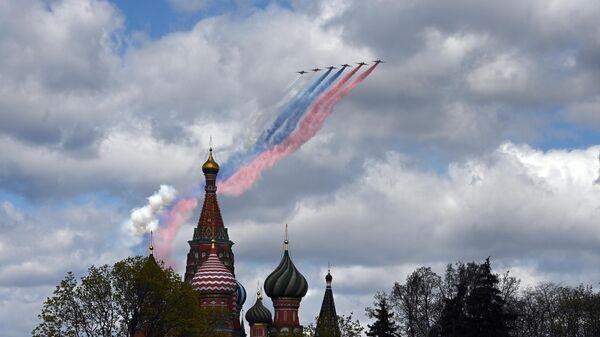 Самолеты-буксировщики мишеней Су-25БМ во время репетиции воздушной части парада в честь 76-летия Победы в Великой Отечественной войне в Москве