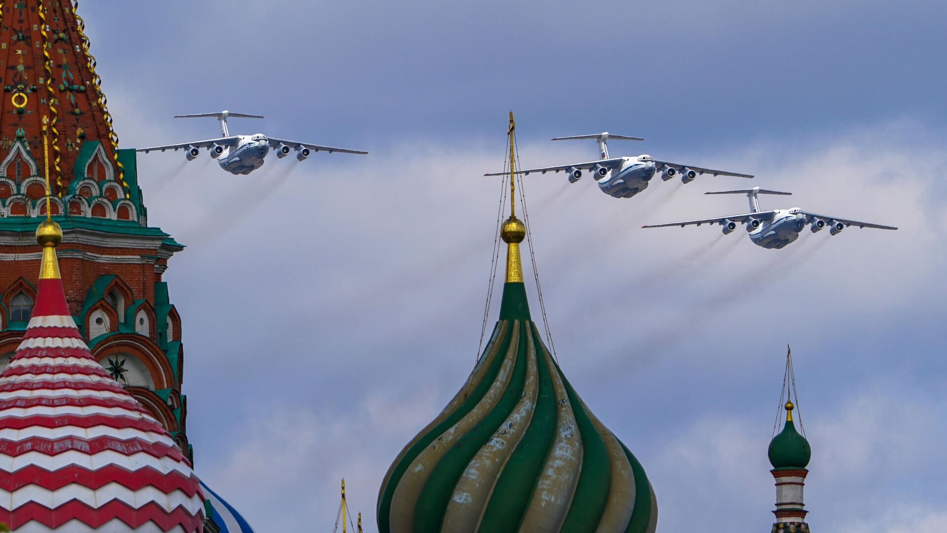 Тяжелые транспортные самолеты Ил-76 в небе во время репетиции воздушной части парада в честь 76-летия Победы в Великой Отечественной войне в Москве - РИА Новости, 1920, 08.05.2021