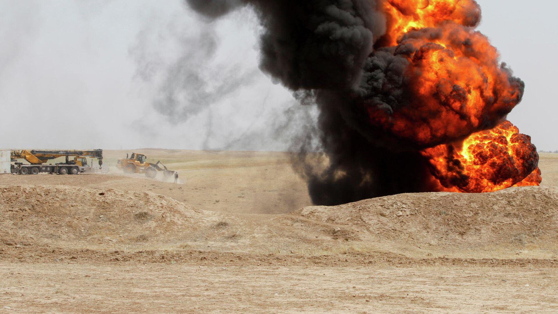 Пожар на нефтяном месторождении Бай-Хасан, которое подверглось нападению боевиков, Ирак - РИА Новости, 1920, 05.05.2021