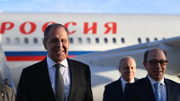 Министр иностранных дел РФ Сергей Лавров и министр иностранных дел Армении Ара Айвазян во время церемонии встречи в аэропорту Еревана