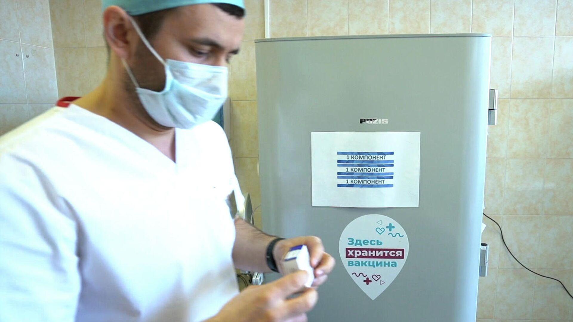 Медицинский работник держит контейнер с однокомпонентной вакциной Спутник Лайт  - РИА Новости, 1920, 25.06.2021