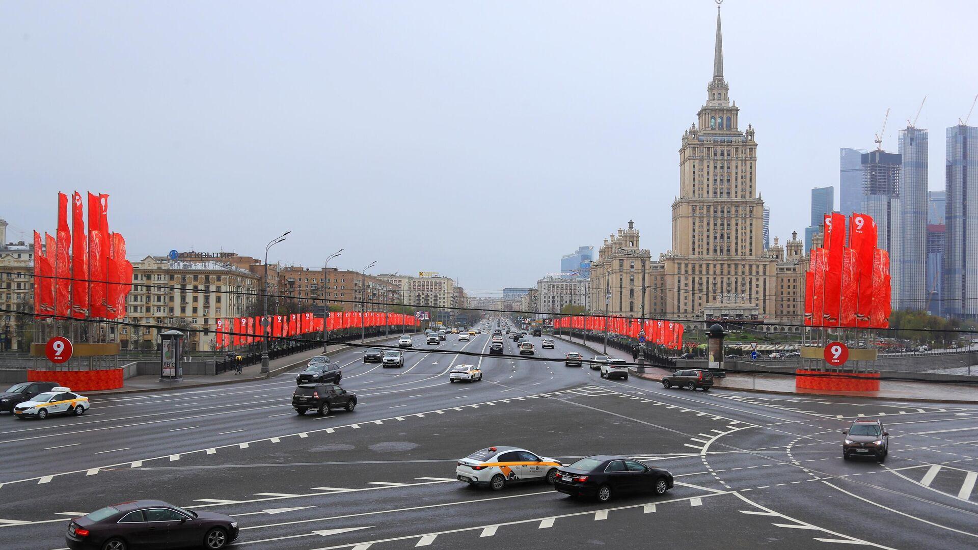 Уличное украшение ко Дню Победы недалеко от здания гостиницы Украина в Москве - РИА Новости, 1920, 08.05.2021