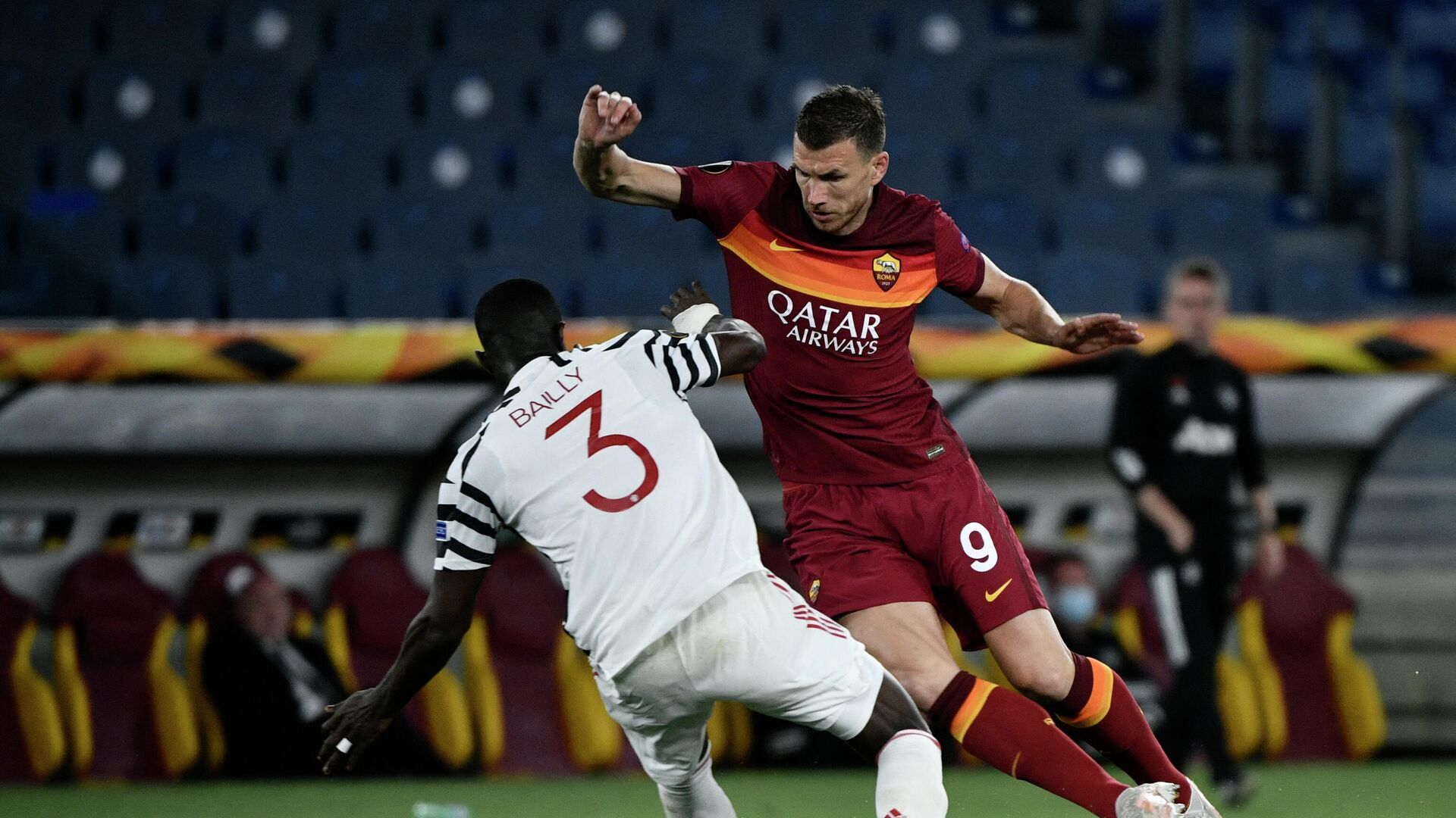 Roma's Bosnian forward Edin Dzeko (R) fights for the ball with Manchester United's Ivorian defender Eric Bailly during the UEFA Europa League semi-final second leg football match between AS Roma and Manchester United at the Olympic Stadium in Rome, on May 6, 2021. (Photo by Filippo MONTEFORTE / AFP) - РИА Новости, 1920, 06.05.2021