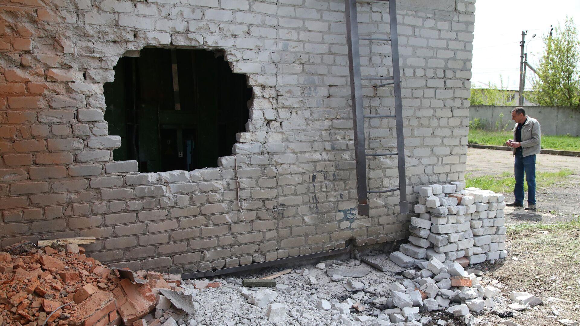 Стена насосной станции, поврежденная в результате обстрела, в Киевском районе Донецка - РИА Новости, 1920, 01.08.2021