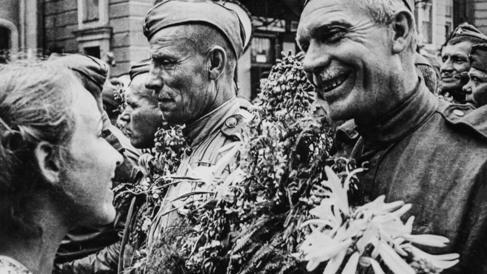 Фотографии, представленные на уличных выставках ко Дню Победы в Москве - РИА Новости, 1920, 08.05.2021