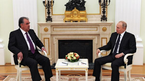 Президент РФ Владимир Путин и президент Таджикистана Эмомали Рахмон во время встречи