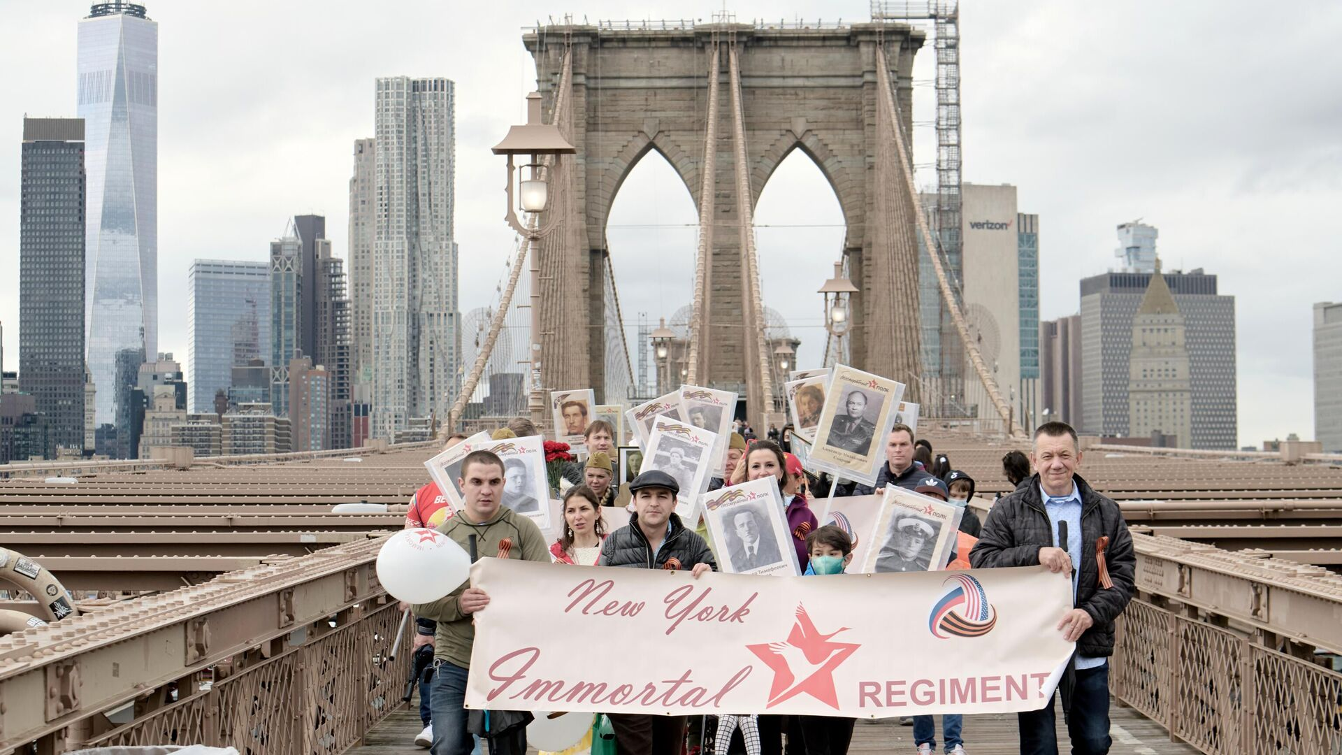 Участники акции Бессмертный полк в честь 76-й годовщины Победы в Великой Отечественной войне на Бруклинском мосту в Нью-Йорке. 8 мая 2021 - РИА Новости, 1920, 08.05.2021