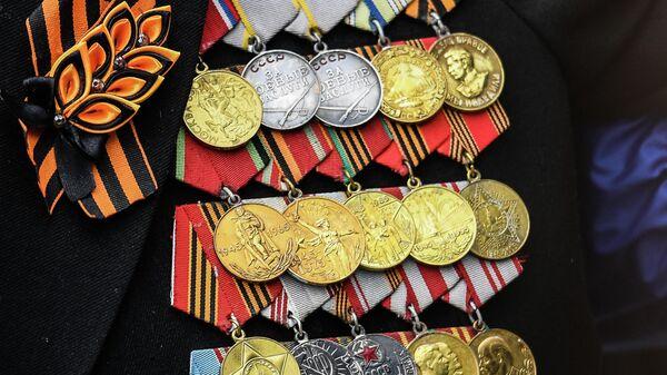 Медали на груди ветерана на военном параде в честь 76-й годовщины Победы в Великой Отечественной войне в Москве
