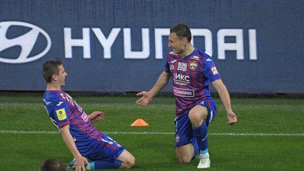 Игроки ЦСКА Фёдор Чалов (справа) и Иван Обляков