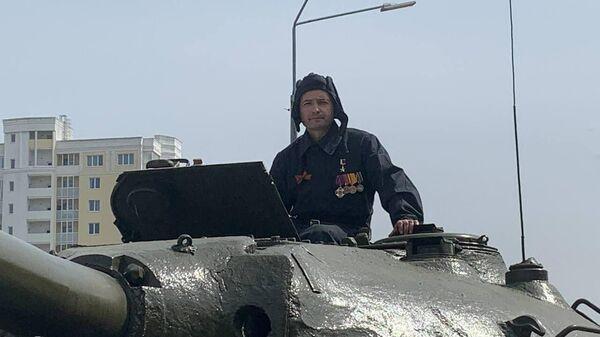 Герой России Дамир Юсупов проехал на танке ИС-3 на марше пеших и механизированных колонн в День Победы в Верхней Пышме под Екатеринбургом