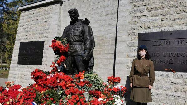 В почетном карауле один человек у Бронзового солдата в Таллине