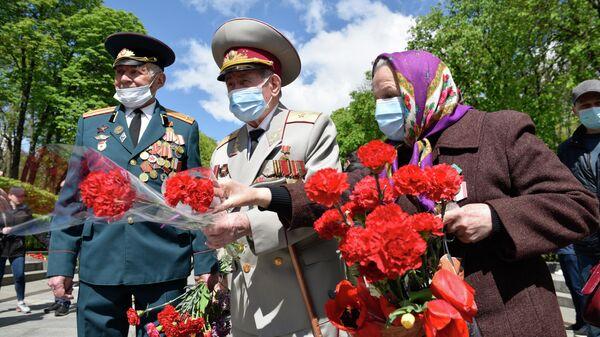 Ветераны во время празднования 76-й годовщины Победы в Великой Отечественной войне у памятника Вечной Славы в Киеве