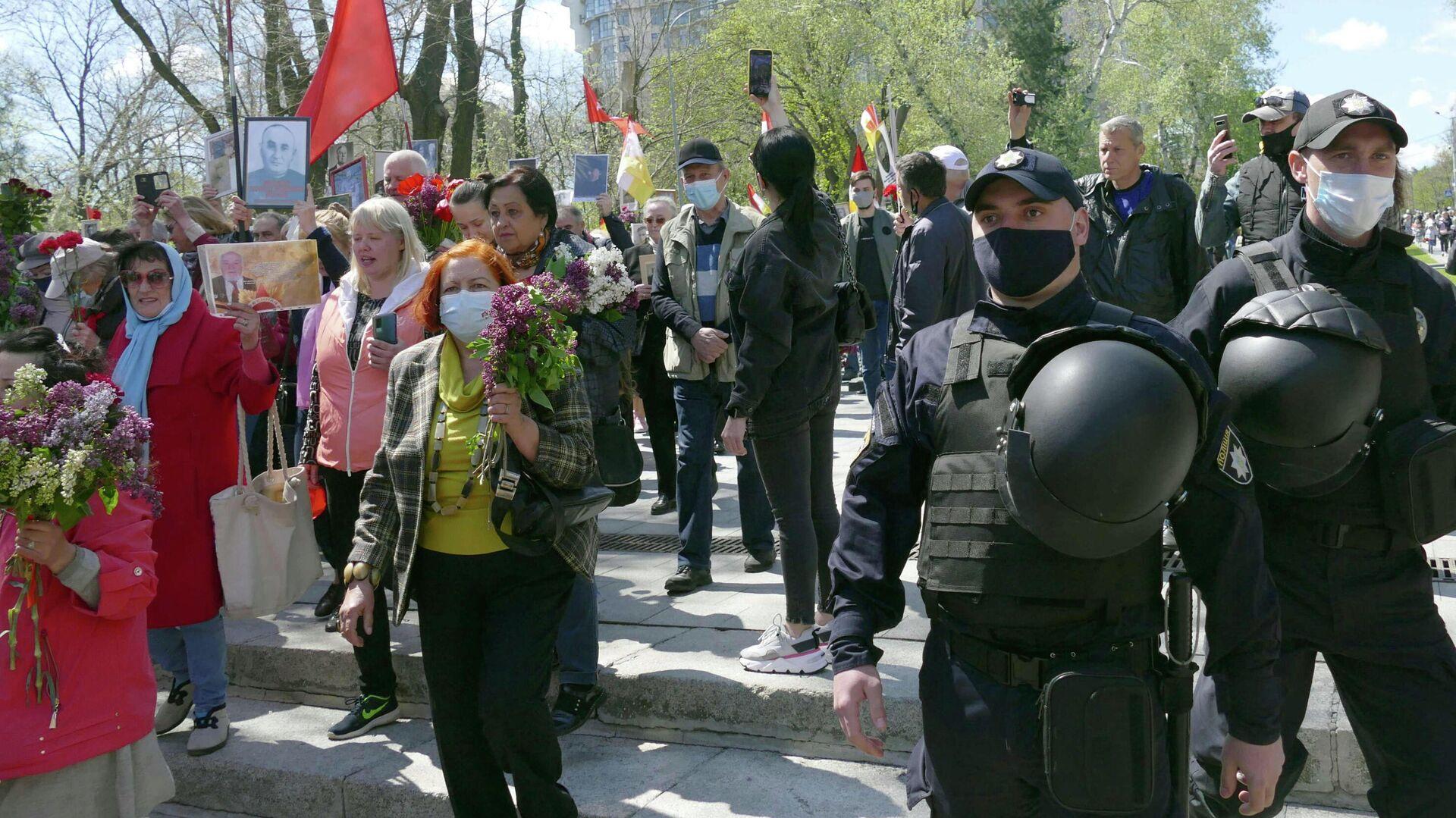 Сотрудники полиции и участники акции Бессмертный полк на аллее Славы в Одессе - РИА Новости, 1920, 09.05.2021