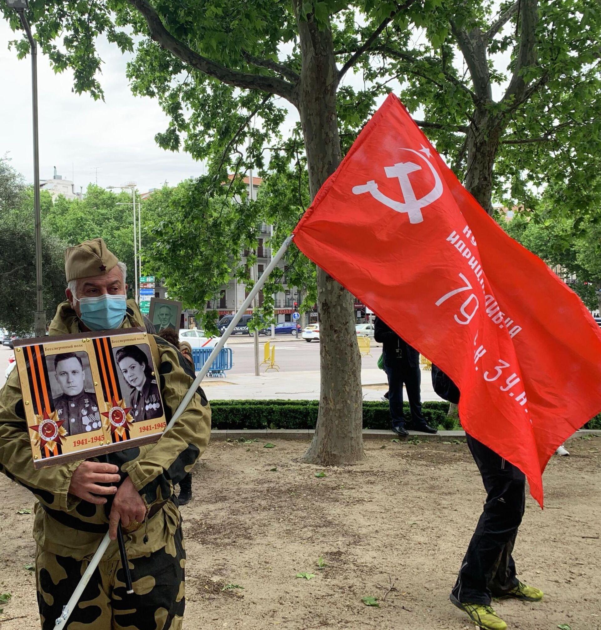 Участники акции Бессмертный полк во время празднования 76-й годовщины Победы в Великой Отечественной войне в Мадриде - РИА Новости, 1920, 09.05.2021