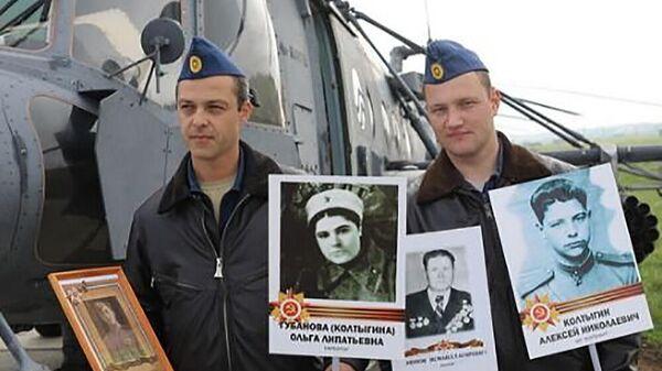 Летчики ЮВО с портретами ветеранов Великой Отечественной войны из шествия Бессмертного полка