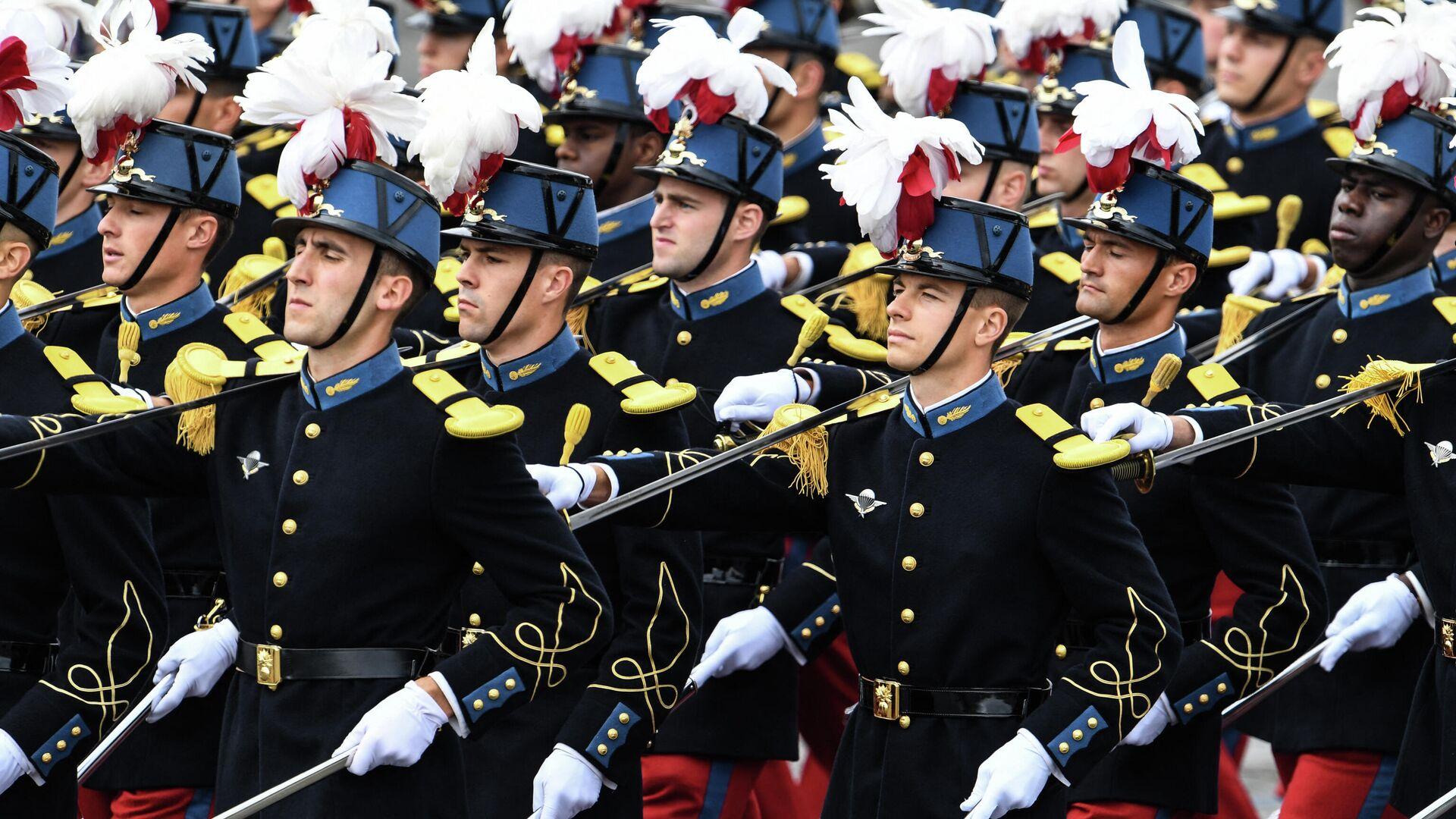 Ученики  cпециальноц военной школы Сен-Сира принимают участие в военном параде в честь Дня взятия Бастилии на Елисейских полях в Париже - РИА Новости, 1920, 11.05.2021