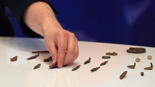 Демонстрация артефактов, обнаруженных археологами, на онлайн-конференции, посвященной обнаружению места Судбищенской битвы, в Международном мультимедийном пресс-центе МИА Россия сегодня в Москве
