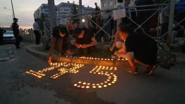 Цветы и свечи в память о жертвах трагедии в Казани