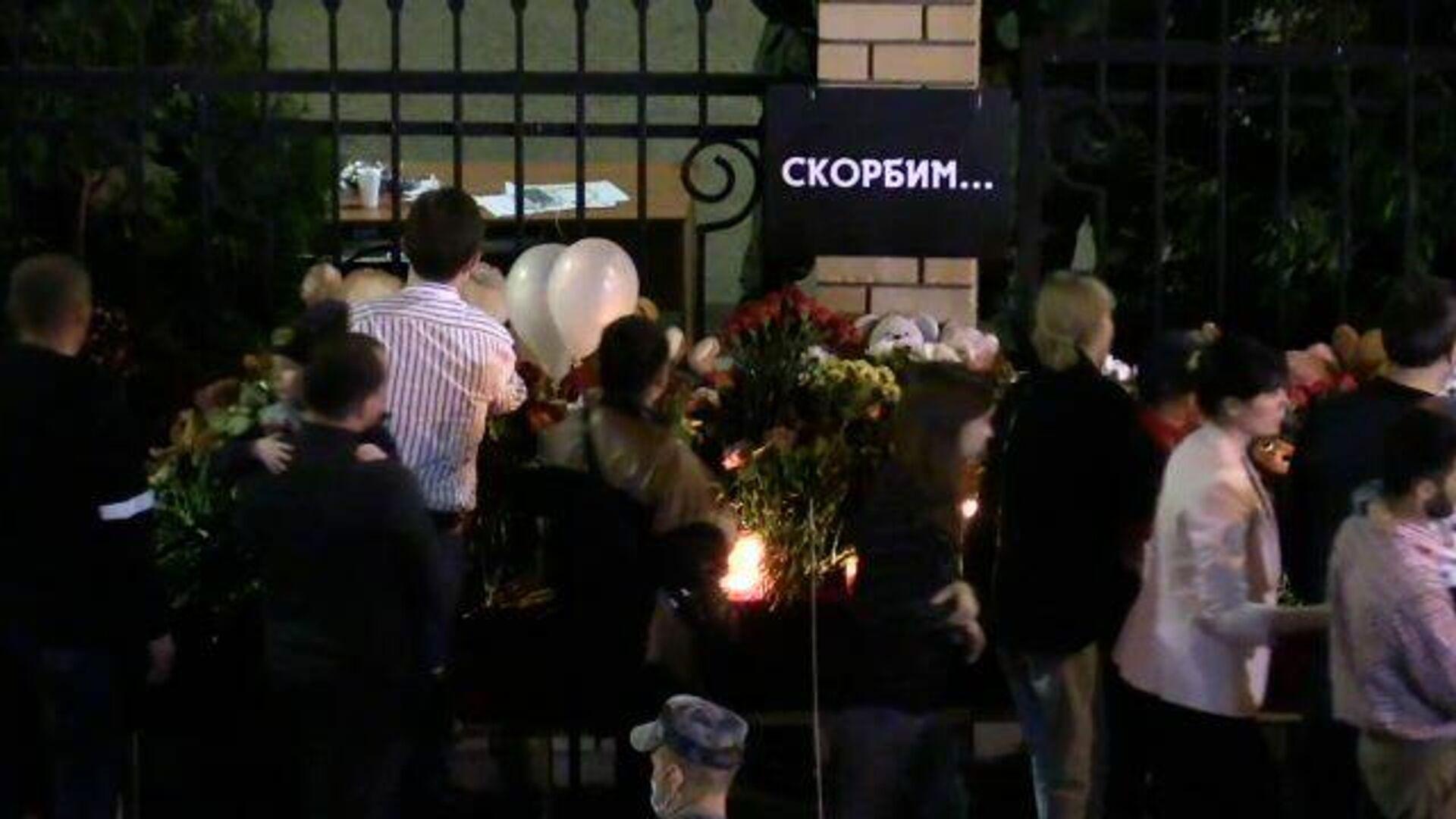 Стихийный мемориал: люди идут к месту трагедии в Казани - РИА Новости, 1920, 12.05.2021