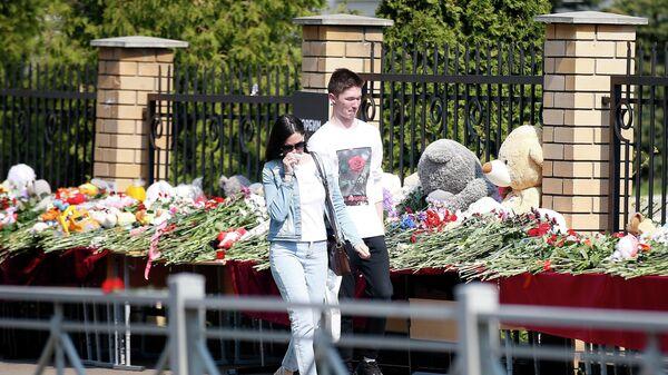 Люди возлагают цветы и мягкие игрушки у гимназии No175 на улице Джаудата Файзи в Казани