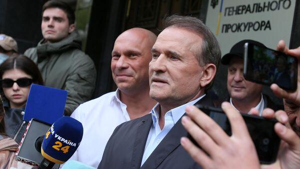Народный депутат Украины Виктор Медведчук возле офиса генерального прокурора в Киеве