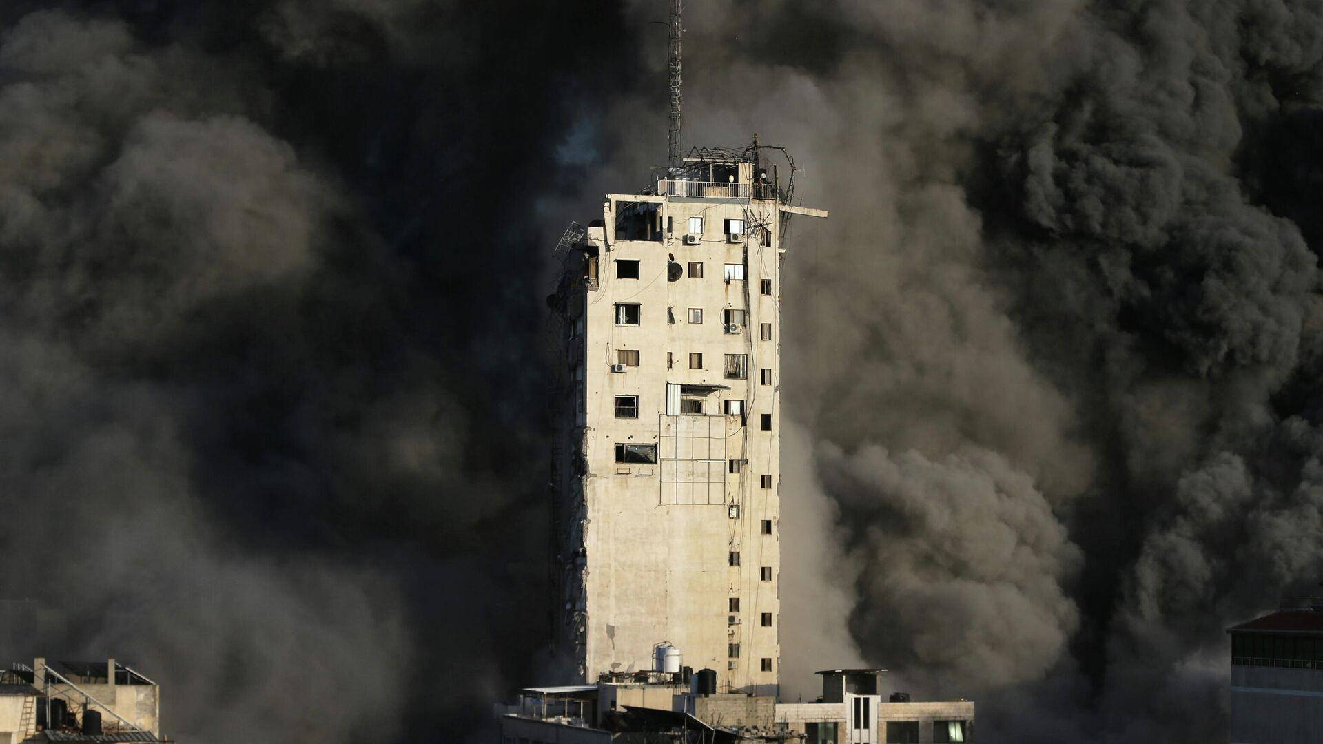 Дым после воздушного удара Израиля по Газе - РИА Новости, 1920, 12.05.2021