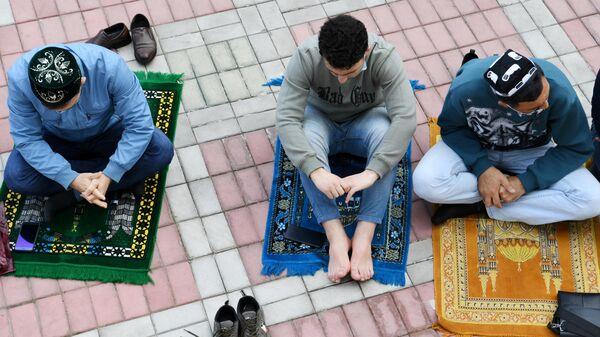 Верующие во время праздничной молитвы в честь Ураза-байрама возле мечети Кул Шариф в Казани