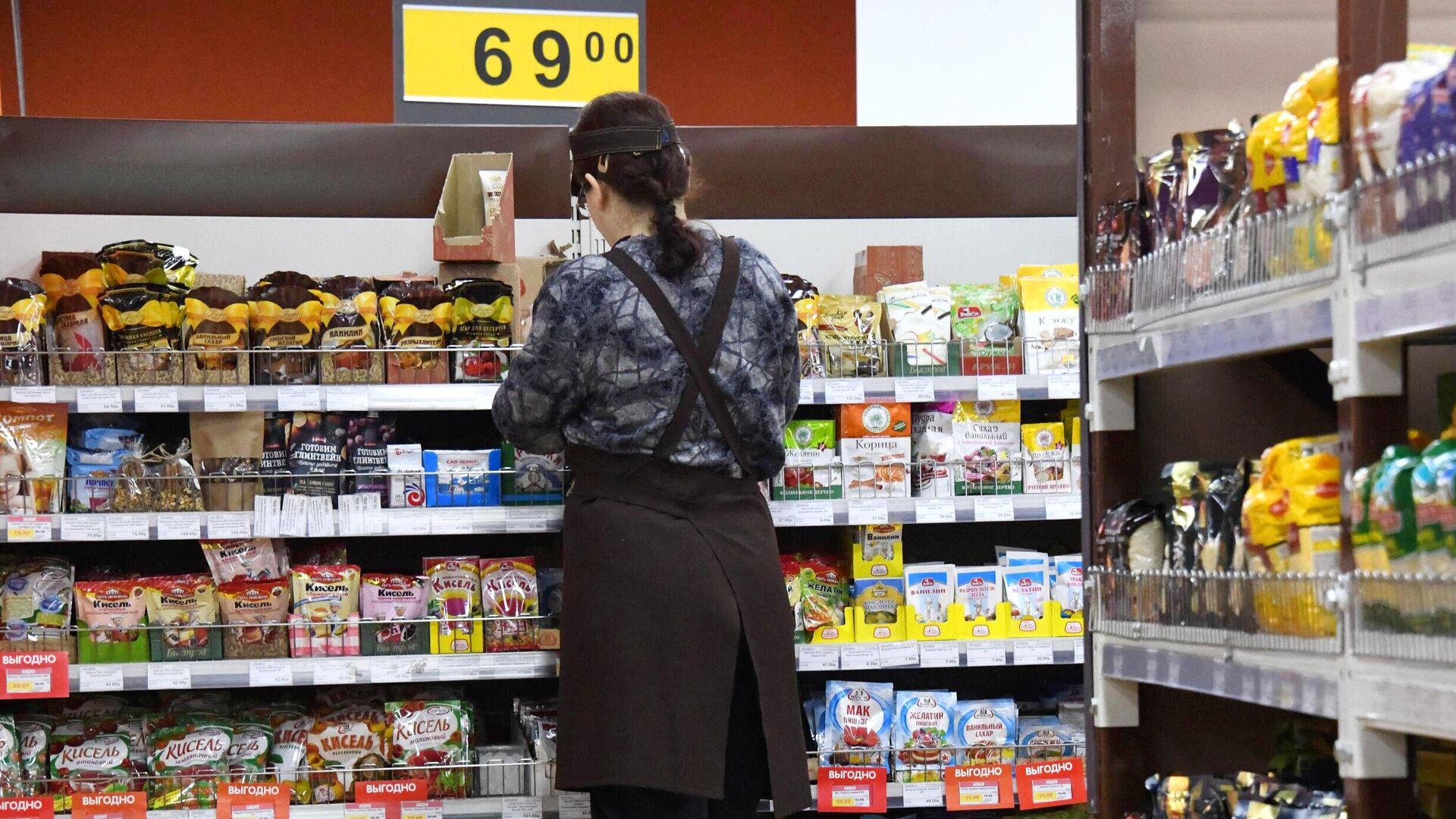 Сотрудница торгового зала в супермаркете - РИА Новости, 1920, 05.07.2021