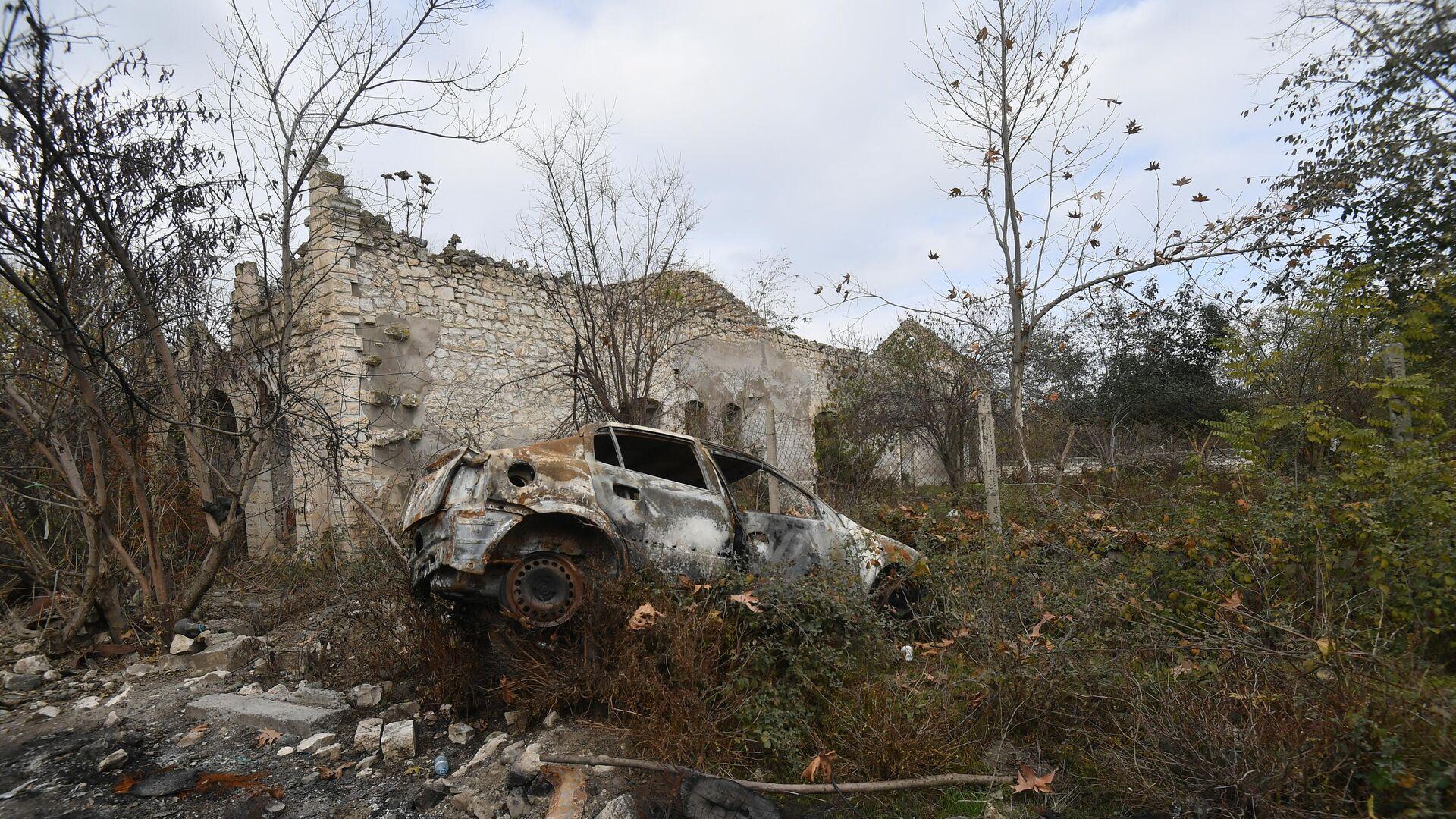 Сгоревший автомобиль у разрушенного здания в Физули - РИА Новости, 1920, 21.06.2021