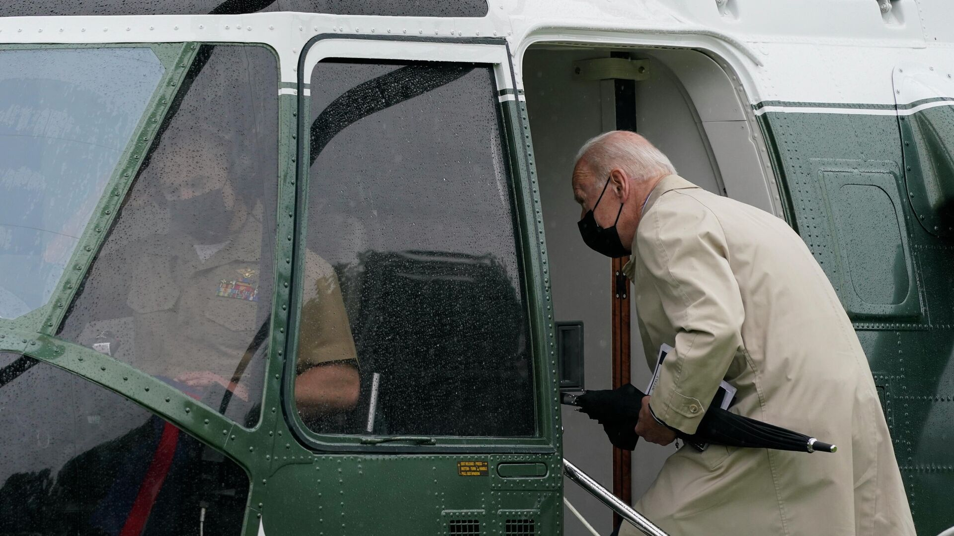 Президент США Джо Байден садится в вертолет в Вашингтоне  - РИА Новости, 1920, 14.05.2021