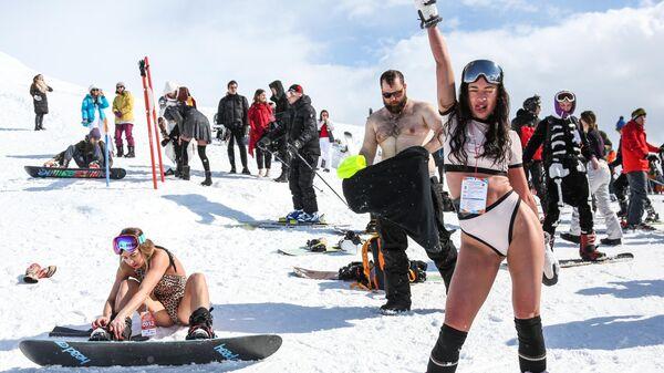 Участники спуска в купальниках Хибины-бикини 2021 на северном склоне Айкуайвенчорр горнолыжного комплекса Большой Вудъявр в Кировске