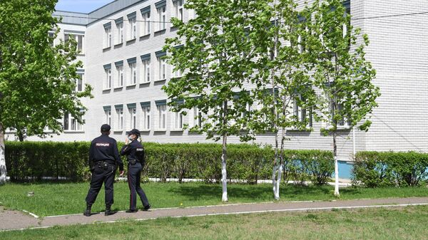 Сотрудники правоохранительных органов у школы №174 в Казани