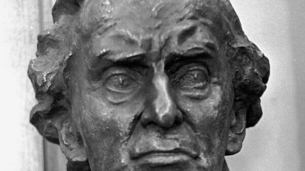Скульптурный портрет английского философа, математика и общественного деятеля Бертрана Рассела