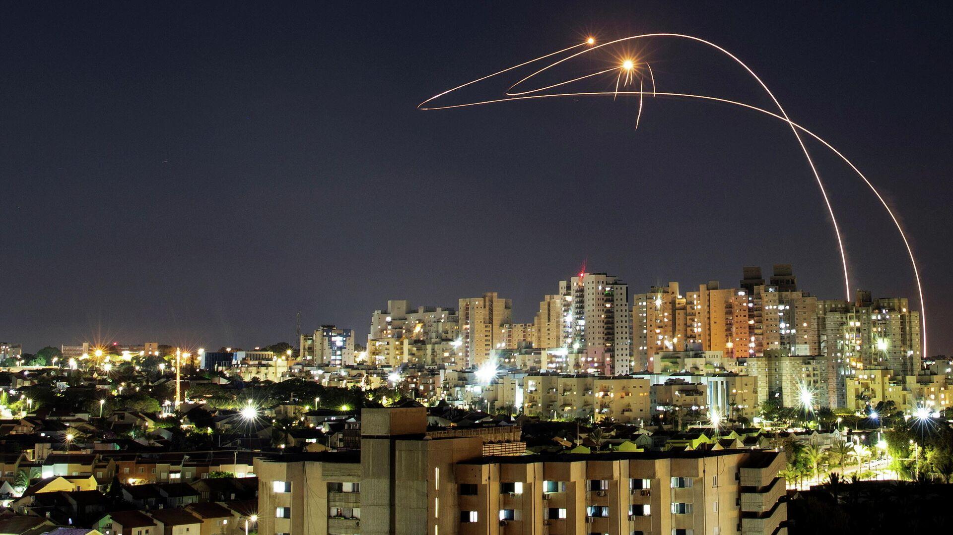 Противоракетная система Железный купол перехватывает ракеты, запущенные из сектора Газа, в небе над Ашкелоном - РИА Новости, 1920, 16.05.2021