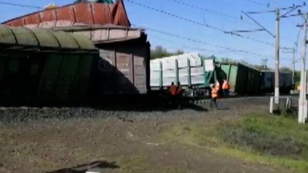 Вагоны грузового поезда сошли с рельсов в Самарской области. Кадры СК