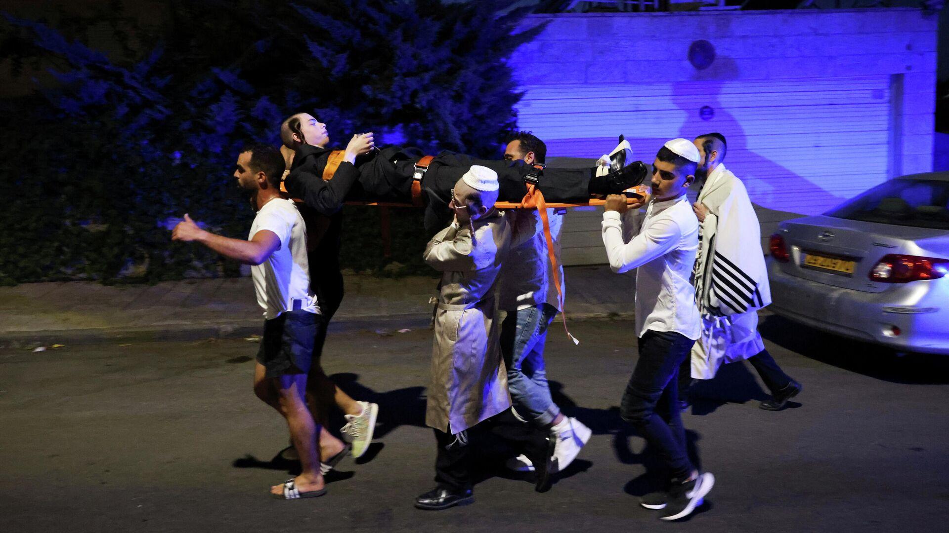 Cпасатели несут раненного в Гиват-Зееве, Израиль - РИА Новости, 1920, 16.05.2021