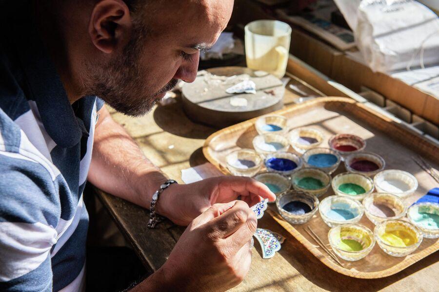 Ювелир из села Кубачи наносит эмаль на серебрянное украшение