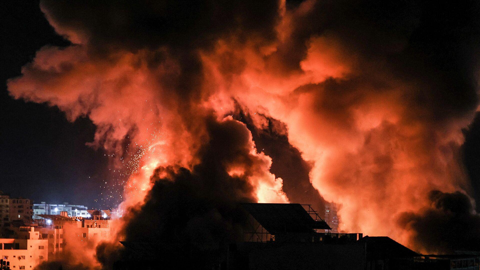 Взрывы в ночном небе над городом газа Газа, после израильского авиаудара - РИА Новости, 1920, 12.09.2021
