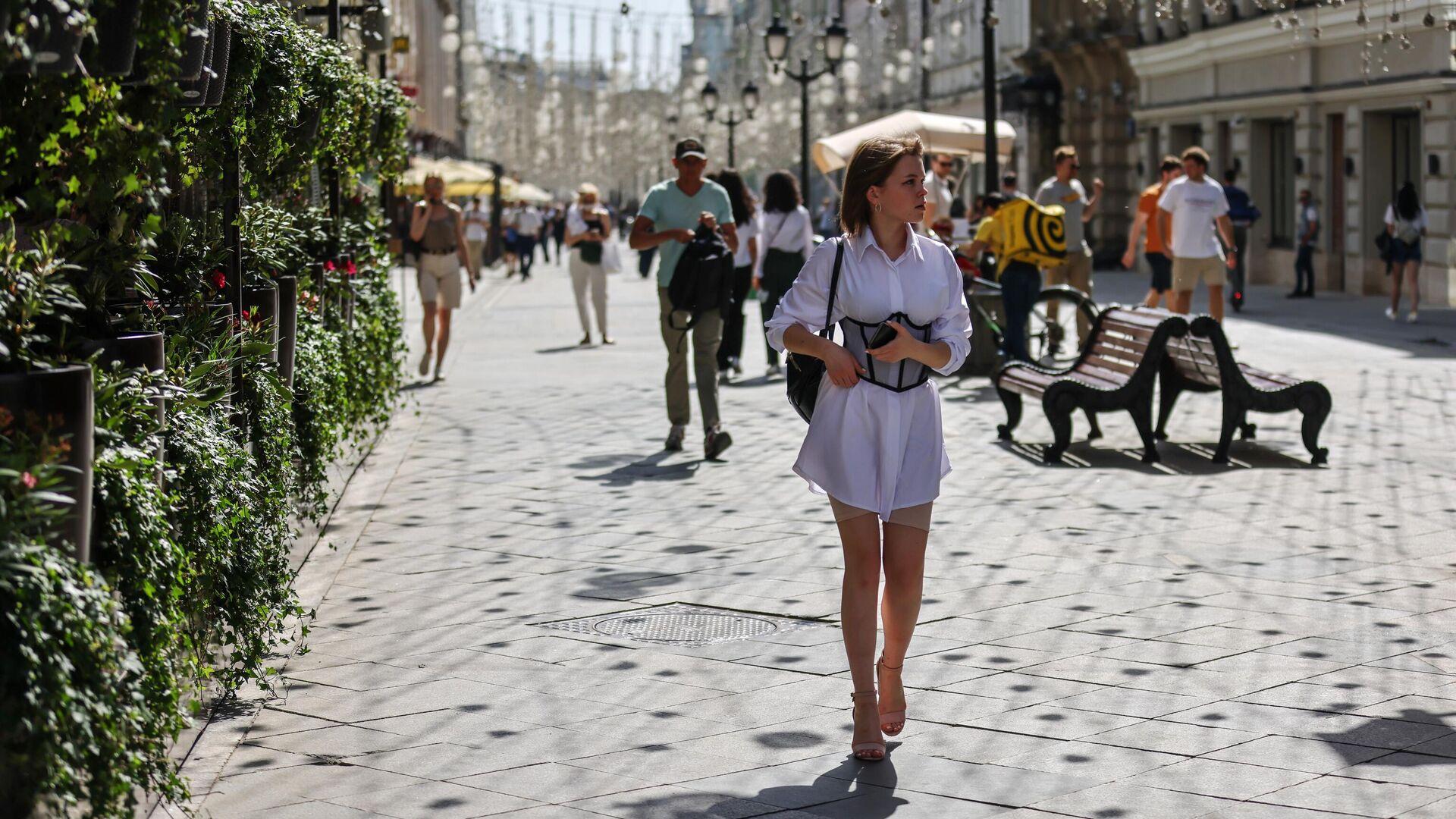 Люди идут по Никольской улице в Москве  - РИА Новости, 1920, 18.06.2021