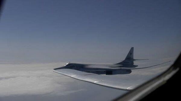 Полет истребителей и бомбардировщика над Баренцевым морем