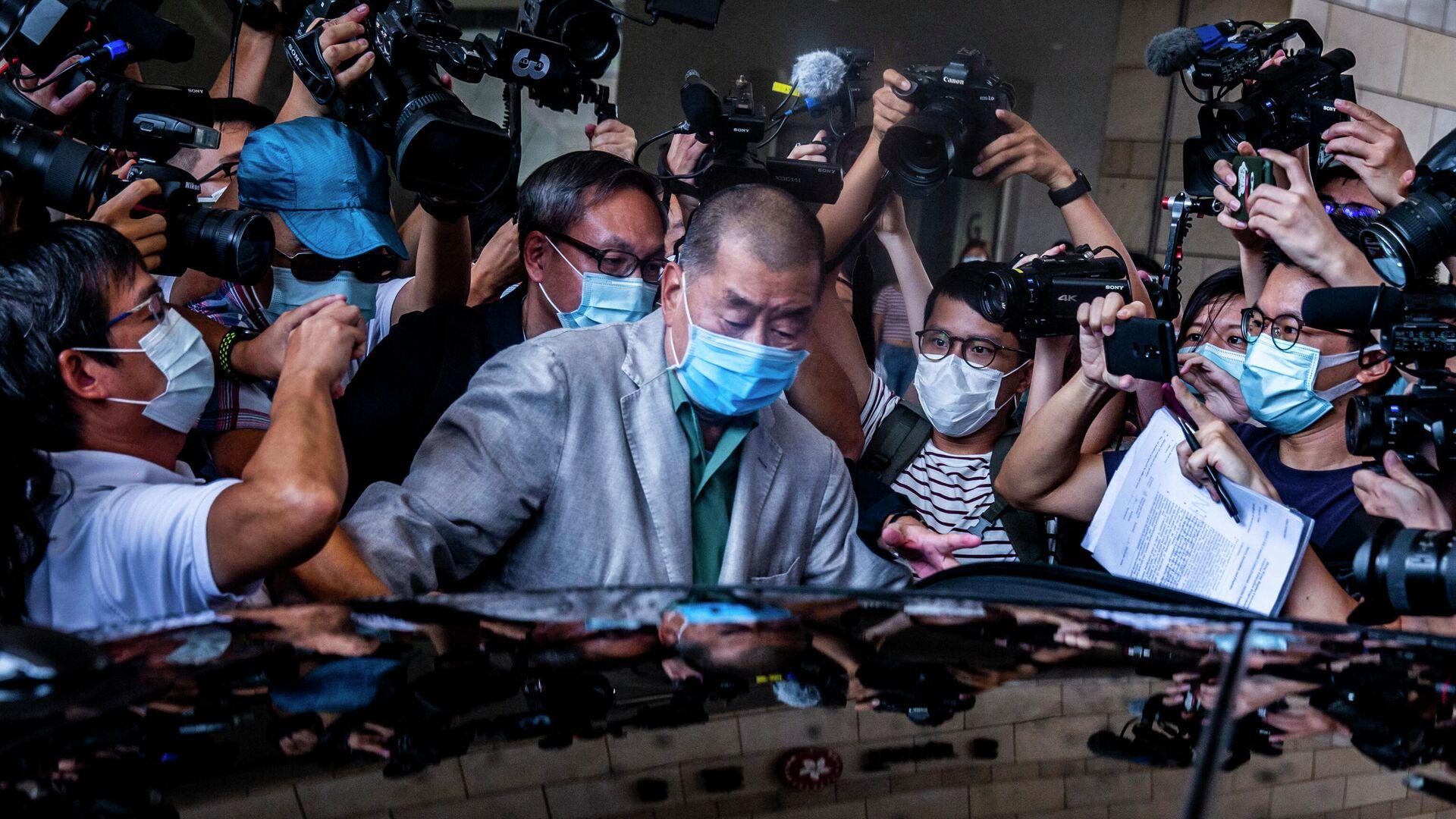 Китайский предприниматель Джимми Лай покидает здание суда в Гонконге - РИА Новости, 1920, 19.05.2021