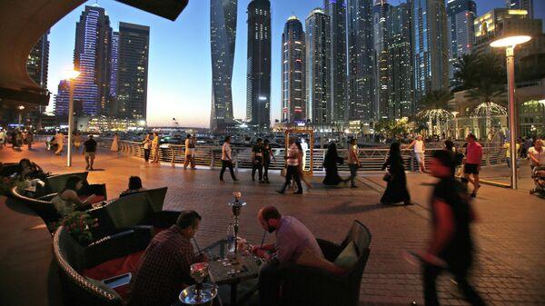 Люди отдыхают в ресторане Дубая