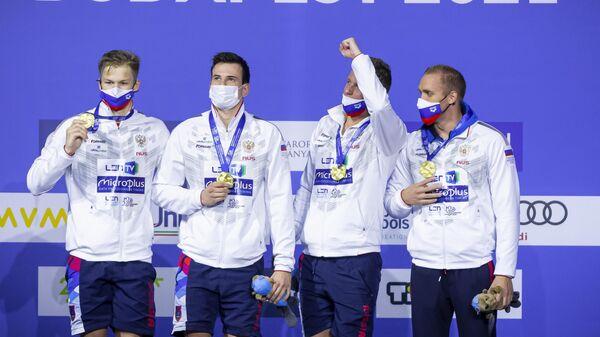 Слева направо: Александр Щеголев, Мартин Малютин, Александр Красных и Михаил Вековищев (Россия), завоевавшие золотые медали в финале эстафеты 4х200 метров среди мужчин вольным стилем на чемпионате Европы по водным видам спорта в Будапеште.